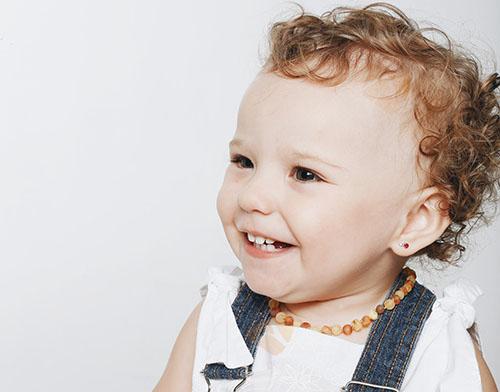 Benefícios do colar de âmbar bebês e crianças